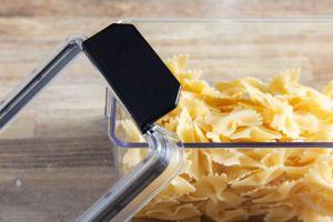 Průhledná dóza na suché potraviny s černými svorkami 2,6l Smart Cook